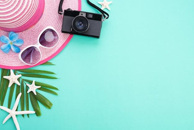 Strandaccessoires voor zomervakantie en vakantieconcept.
