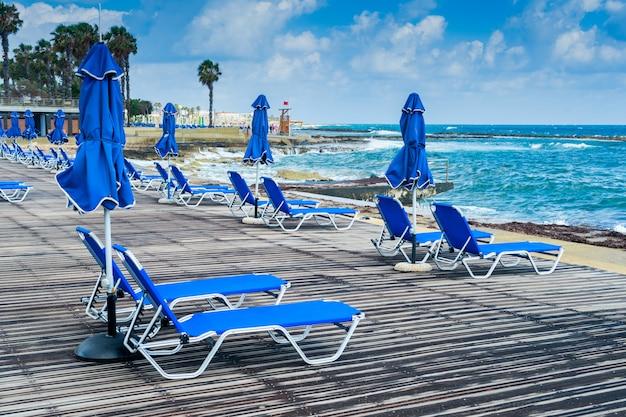 Strandboulevard strand met ligstoelen