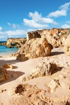 Stranden en zandstenen rotsen in albufeira, portugal