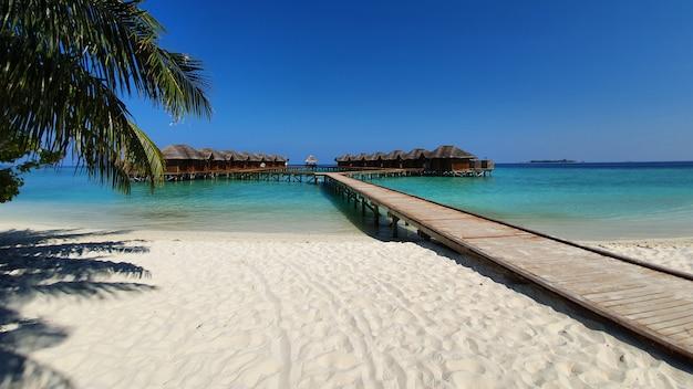Stranden van de malediven en de lange gangen van de accommodatie.