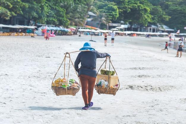 Strandhandelaar in koh samet, thailand, straatvoedsel.