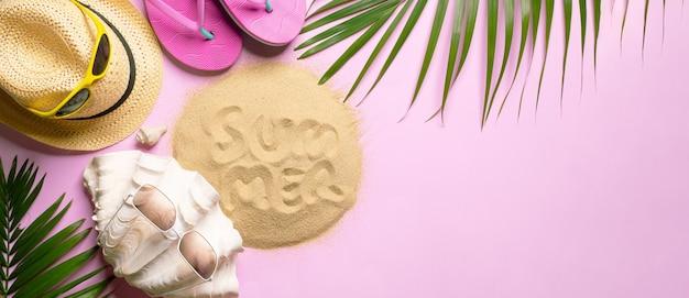 Strandhoed, kokosnotenbladeren en glazen op roze achtergrond in het zomerconcept, kopie ruimte, bovenaanzicht, minimale stijl, glazen strand