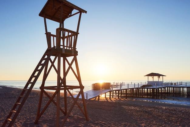 Strandhouten hut voor kustwacht. opwindende lucht