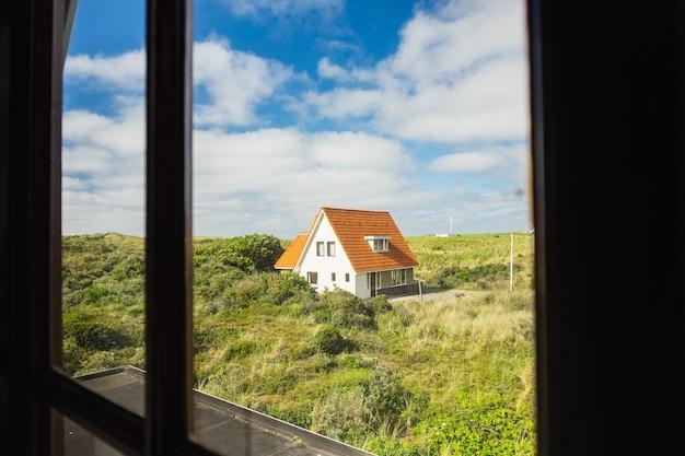 Strandhuis op het eiland terschelling, nederland overdag aan het eind van de lente