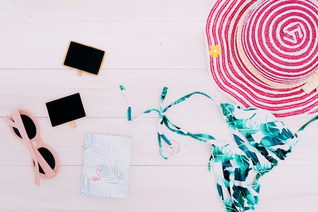 Strandkleding en accessoires op lichte achtergrond