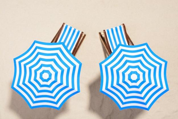 Strandmeubels onder parasols