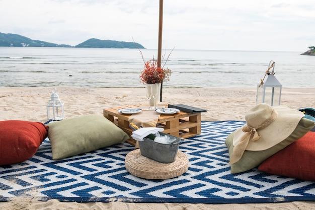 Strandpicknickset om te drinken en te eten en te genieten van uitzicht op zee op het strand in phuket