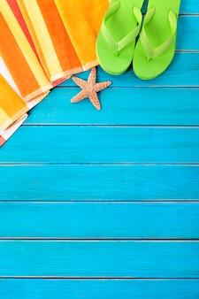 Strandscène met oranje gestreepte handdoek