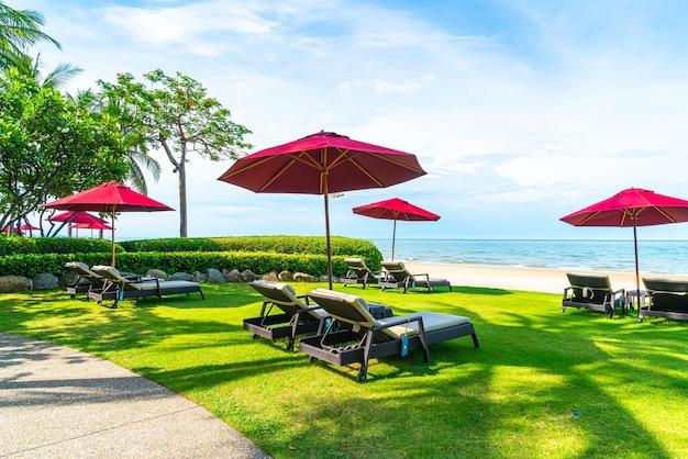Strandstoel en parasol met oceaan zee strand achtergrond
