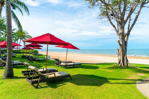 Strandstoel en parasol met oceaan zee strand