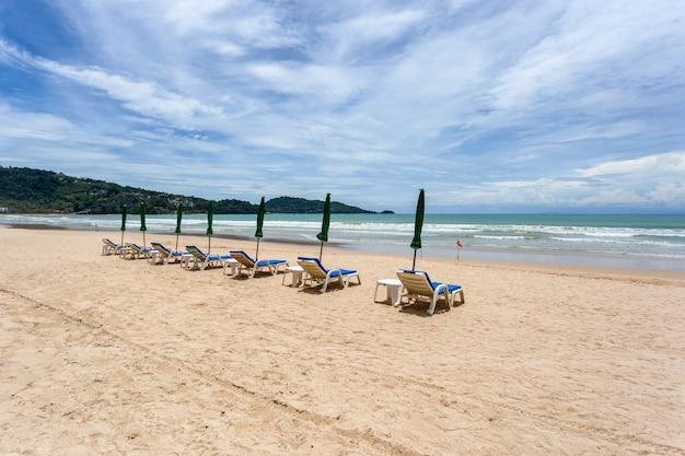 Strandstoel en parasol op het strand