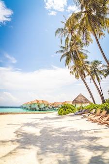 Strandstoel met tropische maldiven eiland strand en zee