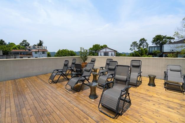 Strandstoel op het dak van vakantievilla
