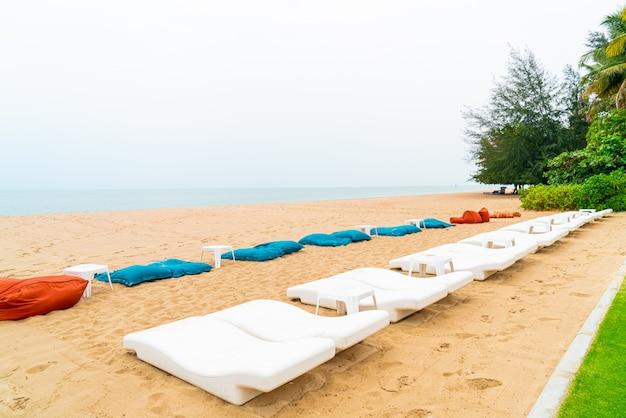 Strandstoel op zand met oceaanzee