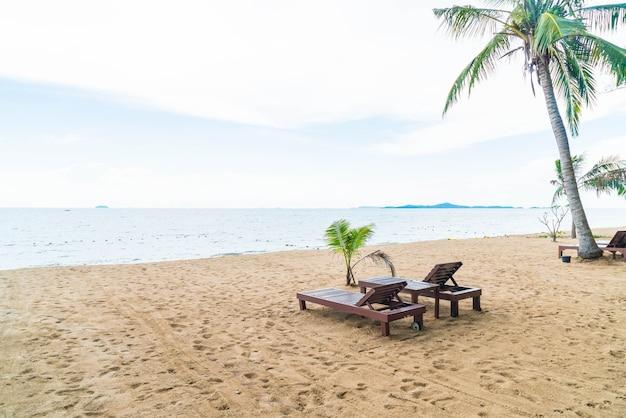 Strandstoel, palm en tropisch strand in pattaya in thailand