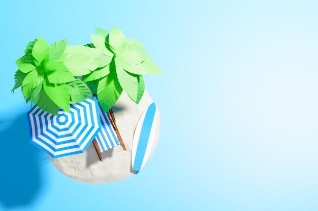 Strandstoel, parasol en surfplank onder een palmboom in het zand