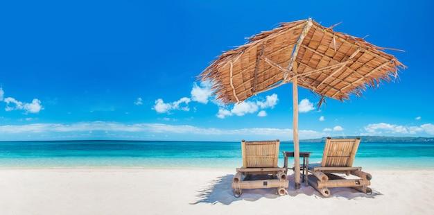 Strandstoelen en parasol op een prachtig tropisch strand, uitzicht met kopie ruimte