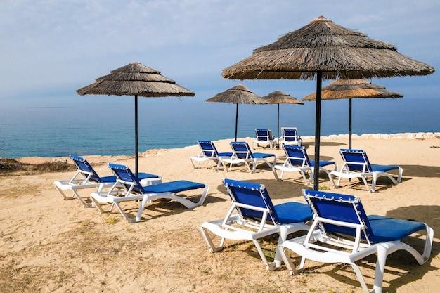Strandstoelen op de achtergrond van de zee en de lucht
