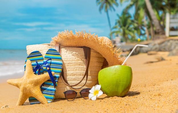 Strandtas en kokosnoot op zee.