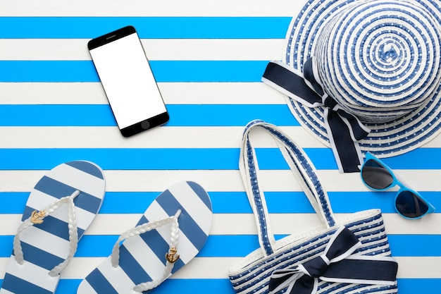 Strandtoebehoren op een blauwe en witte achtergrond. bovenaanzicht, plat gelegd.