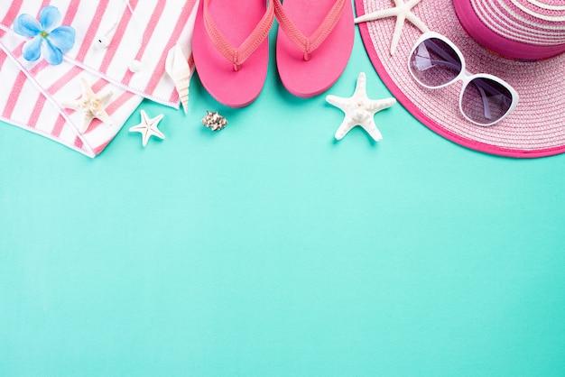 Strandtoebehoren op groene pastelkleur voor het concept van de de zomervakantie.