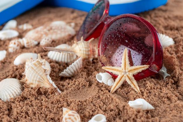 Strandtoebehoren op het zand