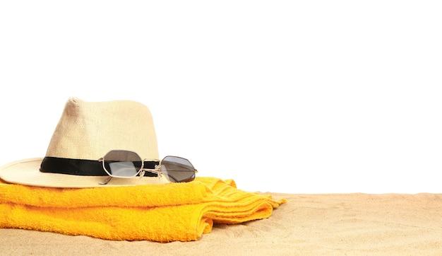 Strandtoebehoren op zand tegen wit