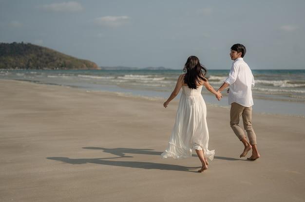 Strandvakantie romantische wandeling paar ontspannen op oceaan zomer reisbestemmingjonge stellen