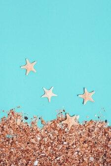 Strandzand en kleine zeesterren