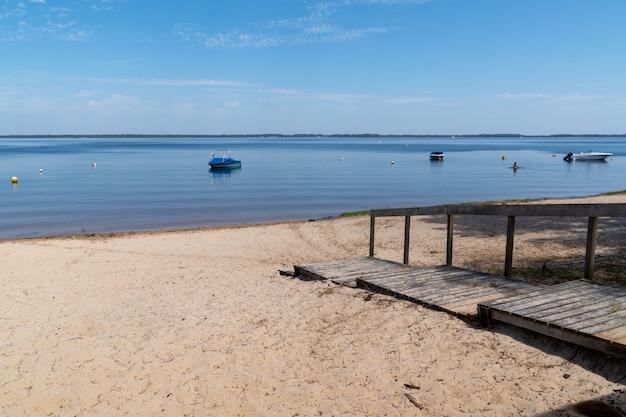 Strandzand in de zomerdag in het dorp van lacanau medoc in frankrijk