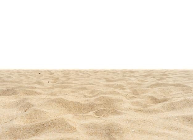 Strandzand op witte achtergrond wordt geïsoleerd die