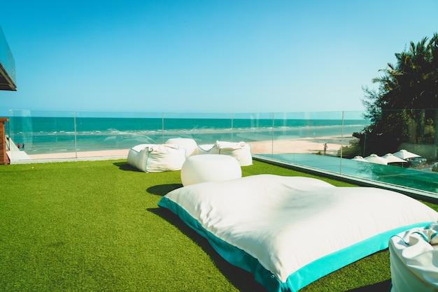 Strandzitzak op balkon met oceaanzee