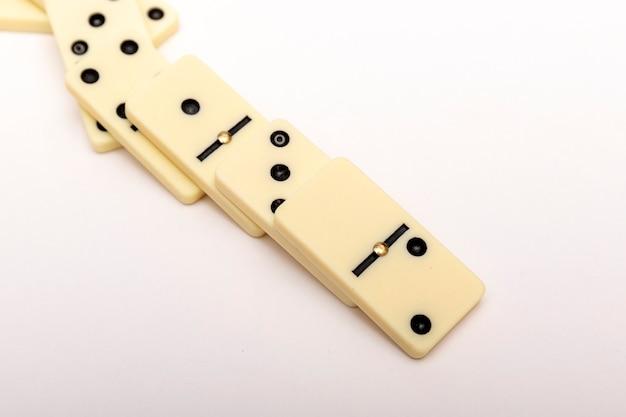 Strategie bedrijfsconcept. het domino-effect wordt gestopt door een uniek, één sterk stuk.