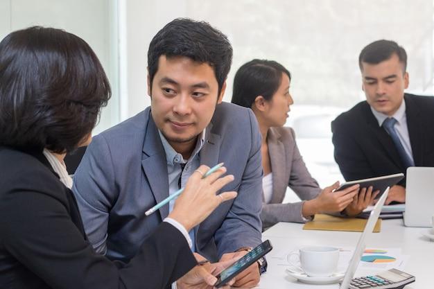 Strategie bedrijfsplanning en vergadering voor brainstrom in de kantoorruimte.