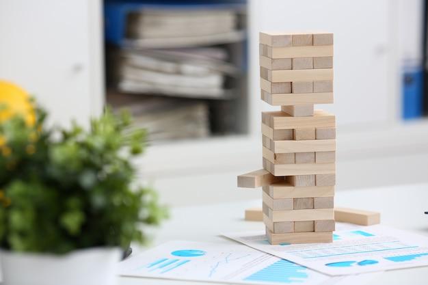 Strategie houten blokken betrokken tijdens pauze op het werk in kantoortafel gokken stapel plezier vreugde tijdverdrijf concept