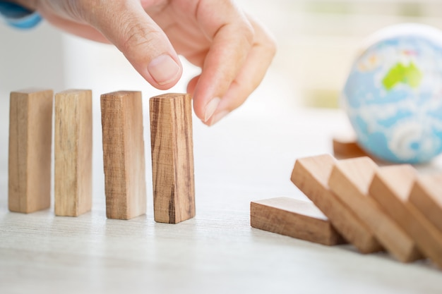 Strategie planningsrisico in bedrijfsconcept: zakenman of ingenieur die houten blok plaatsen