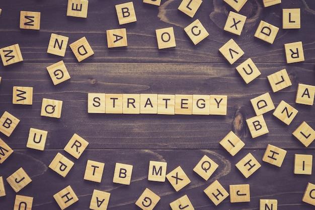 Strategie woord hout blok op tafel voor business concept.