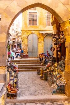 Straten en lokale winkels in de khan el-khalili-bazaar in caïro