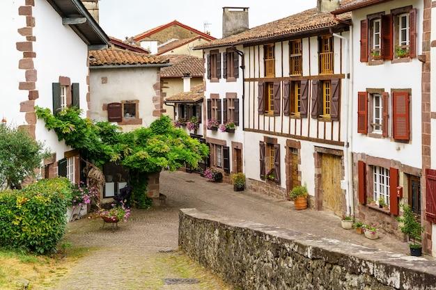 Straten, huizen en typische architectuur van het dorp san juan pie de puerto in frans baskenland. frankrijk