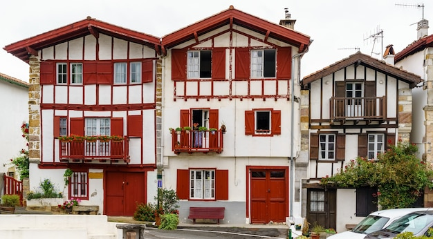 Straten, huizen en typische architectuur van het dorp sare in frans baskenland. europa.