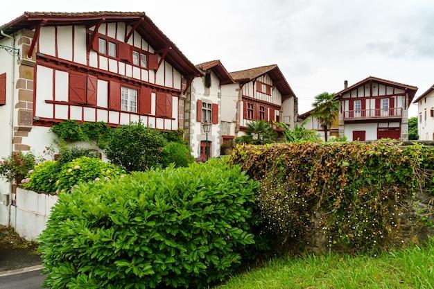 Straten, huizen en typische architectuur van het dorp sare in frans baskenland. frankrijk