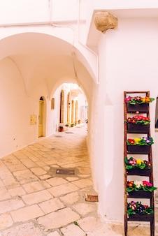 Straten met huizen met witgekalkte muren van de typisch italiaanse stad locorotondo.