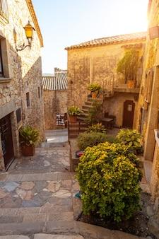 Straten van de middeleeuwse stad pals, straten van het historische centrum bij zonsondergang, girona aan de costa brava van catalonië in de middellandse zee