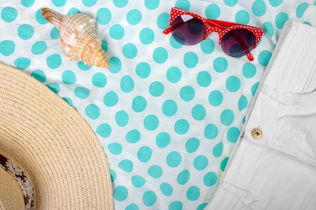 Straw beach dameshoed zonnebrillen bovenaanzicht seashell shorts met ruimte voor tekst.