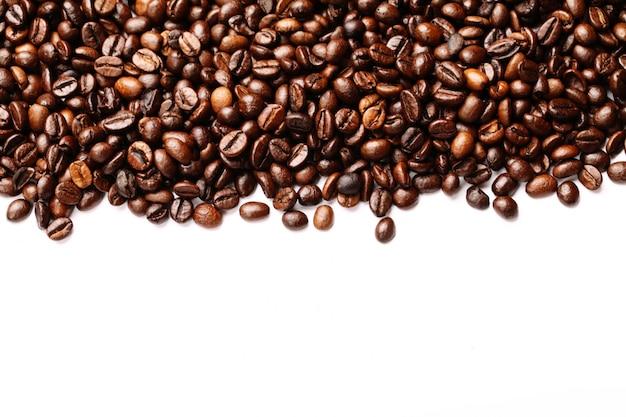 Streep van koffiebonen op wit worden geïsoleerd dat