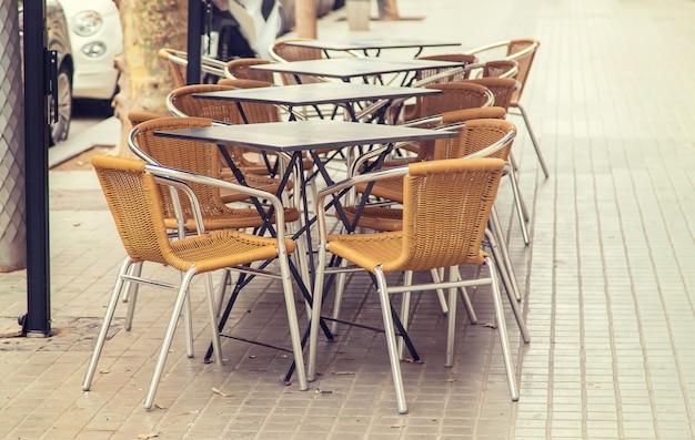 Street cafe tafels en stoelen. selectieve aandacht.
