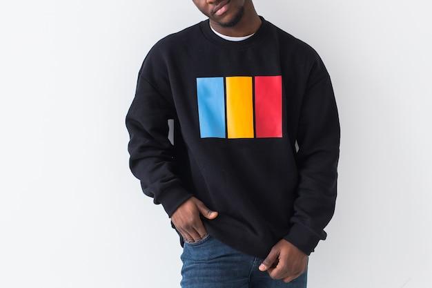 Street fashion concept - close-up van de jonge knappe afrikaanse man met sweatshirt tegen wit