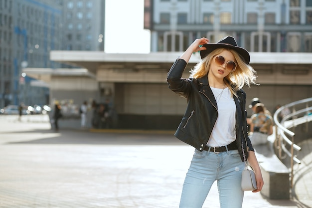 Street fashion portret van een elegante blonde vrouw met hoed en vintage zonnebril. ruimte voor tekst