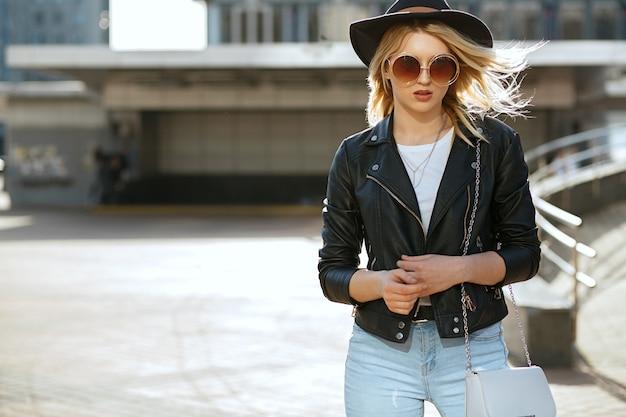 Street fashion portret van een glamour blond meisje met hoed en vintage zonnebril. ruimte voor tekst