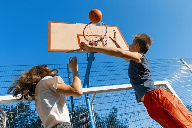 Streetball-basketbalspel met twee spelers